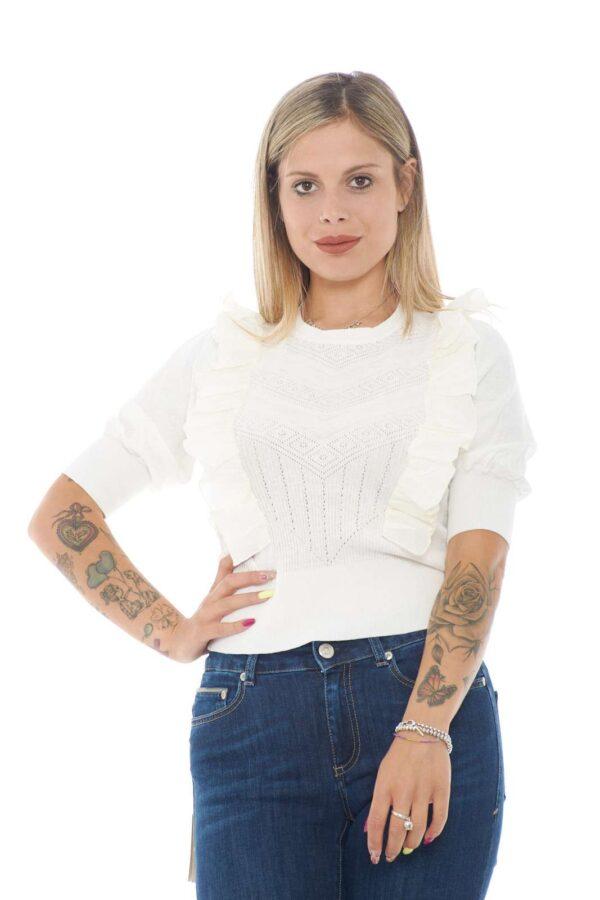 Una maglia chic e delicata, proposta da TwinSet, per la donna che ama look chic anche per la routine. Impreziosita da balze e arricciature, presenta anche una lavorazione traforata, per uno stile ancora più ricercato e moderno. Da abbinare a un jeans vita alta, e un tacco per uno total look davvero fashion!