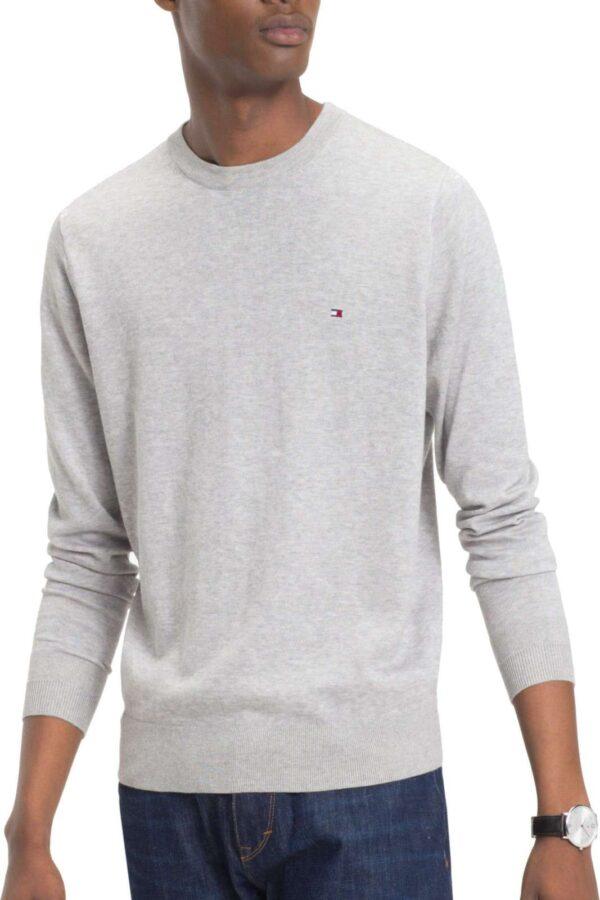 Un pullover leggero e alla moda, quello proposto da Tommy Hilfiger, per le giornate primaverili e le prime serate estive. Il look semplice e classico, renderà perfetto ogni abbinamento, per un aspetto sempre impeccabile ed esclusivo.