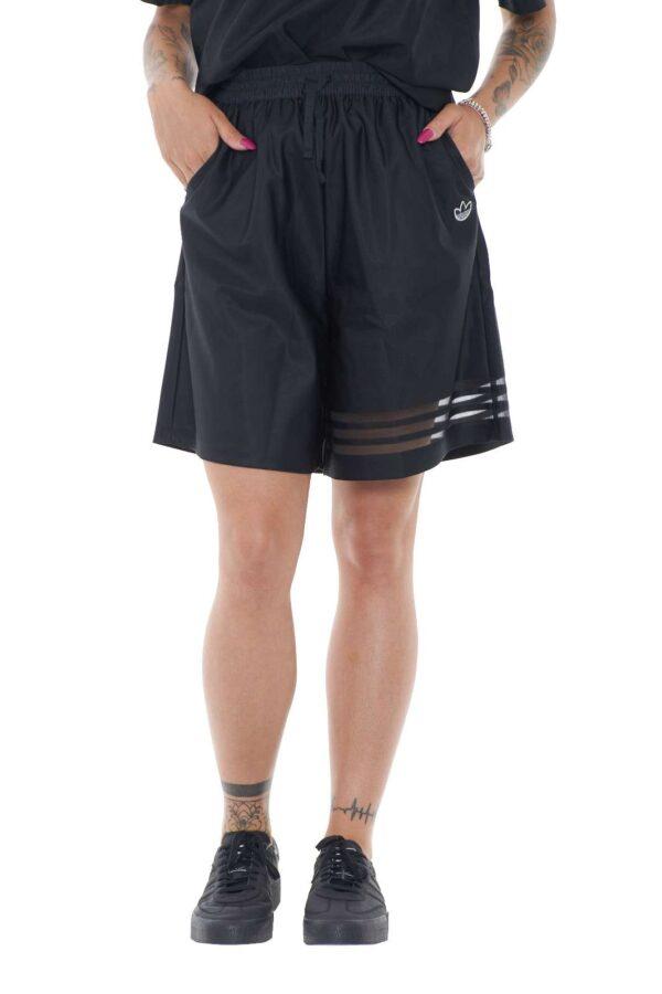 Sportivo, semplice e iconico, questi termini descrivono perfettamente il pantaloncino firmato Adidas, per la donna che ama anche look più informali. Da indossare con una semplice sneaker, per outfit quotidiani pratici e veloci.