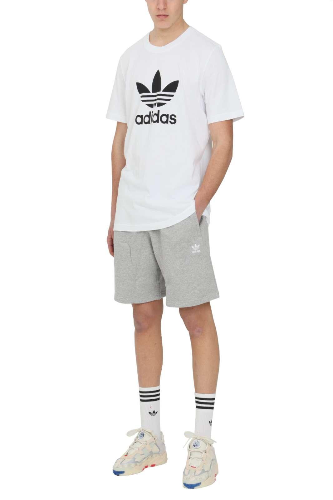 Un icona dello stile streetwear dell'estate: il pantaloncino LOUNGEWEAR TREFOIL ESSENTIALS firmato Adidas. Semplice, comodo e iconico, sarà perfetto per i tuoi outfit più casual e quotidiani.