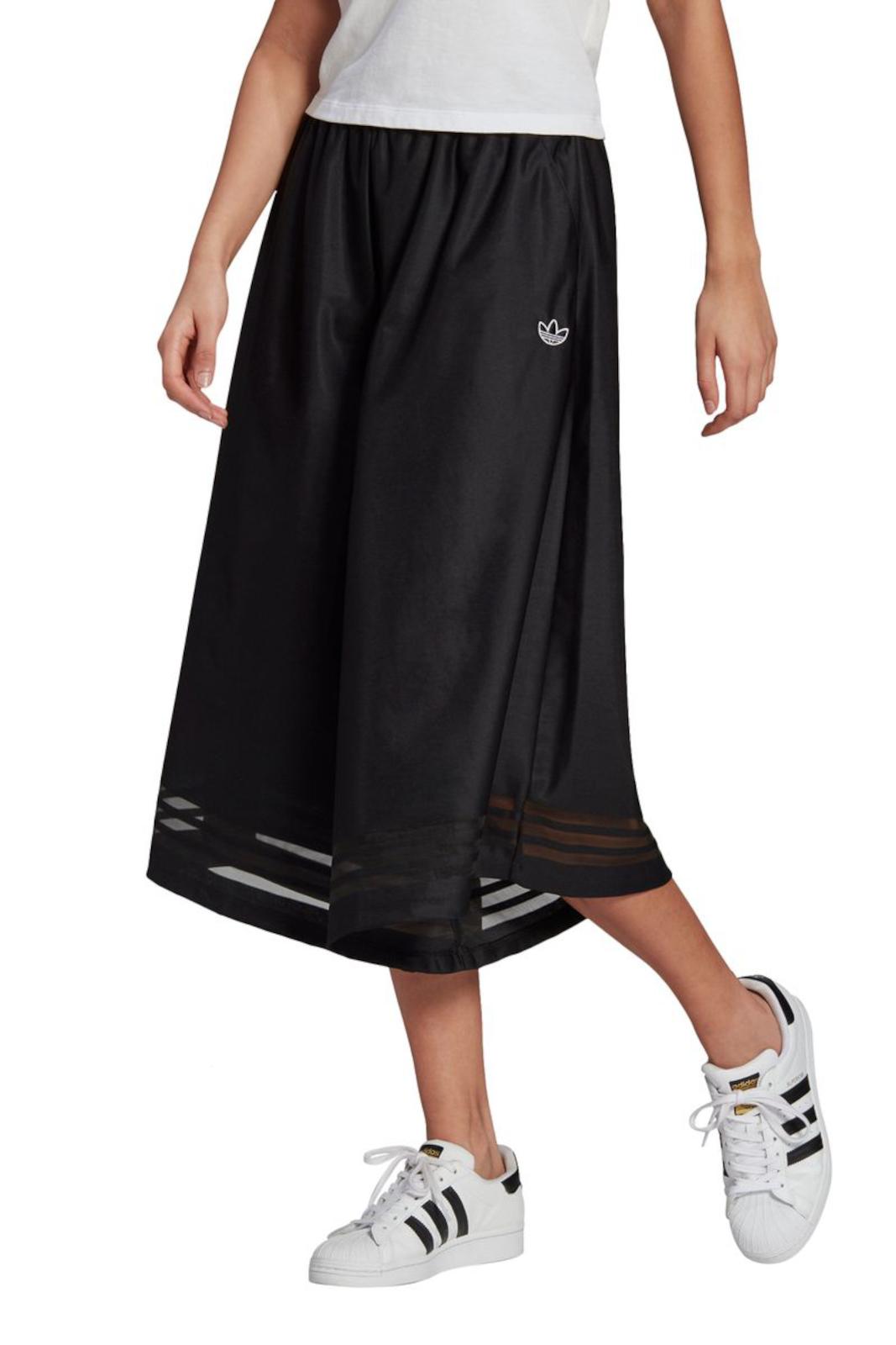Un capo dal look casual e urban, quello proposto da Adidas, per la donna che ama innovare constantemente il proprio guardaroba. La gamba svasata regala libertà e freschezza, oltre che uno stile unico, le stripes con effetto trasparente sul fondo sono la ciliegina, per un pantalone sempre all'avanguardia.