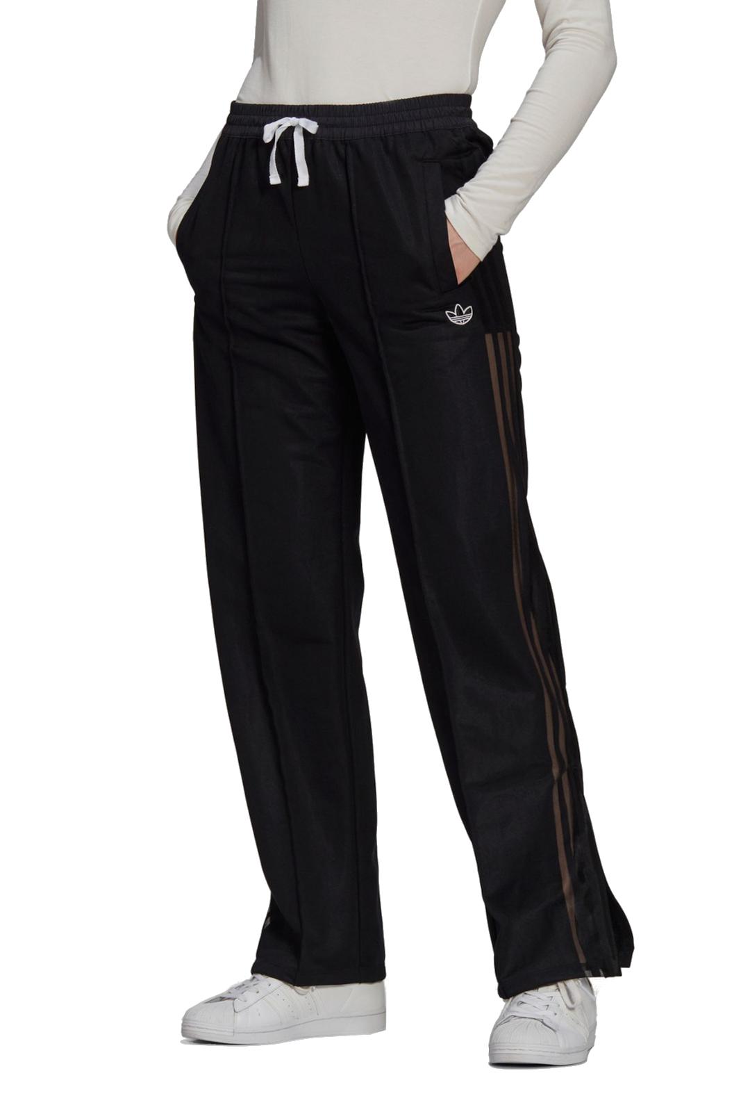 Per la donna che ama look versatili e contemporanei, i pantaloni WIDE-LEG di Adidas, garantiranno stile e modernità. Perfetto per qualsiasi outfit tu voglia, potrai abbinarlo facilmente a sneaker o tacchi, per un aspetto sempre di tendenza.