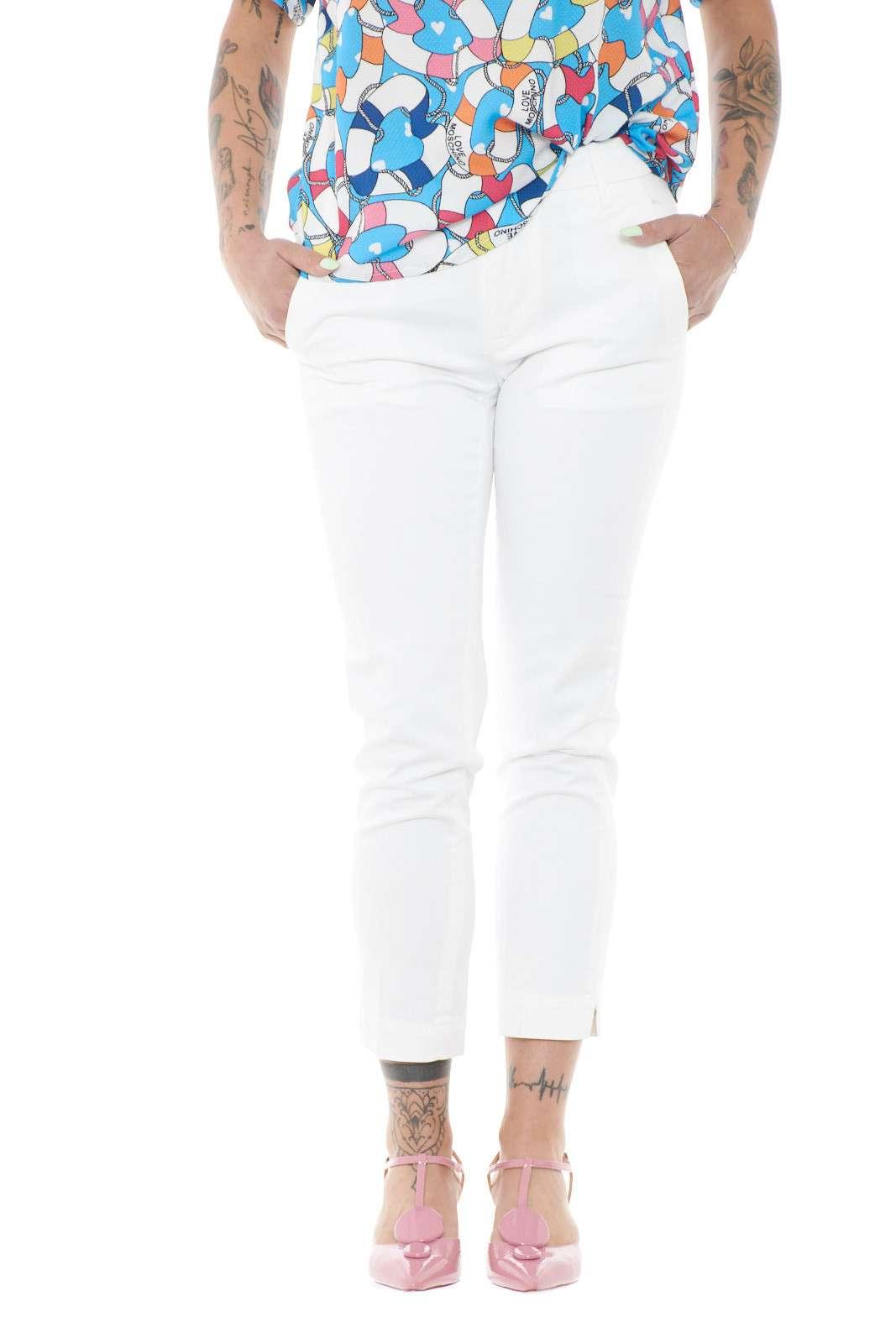 Elegante e versatile, il pantalone firmato Dondup ROCIO. Perfetto per outfit estivi semplici e curati, dove potrai abbinare capi colorati e vivaci, per un tocco trendy in ogni occasione.