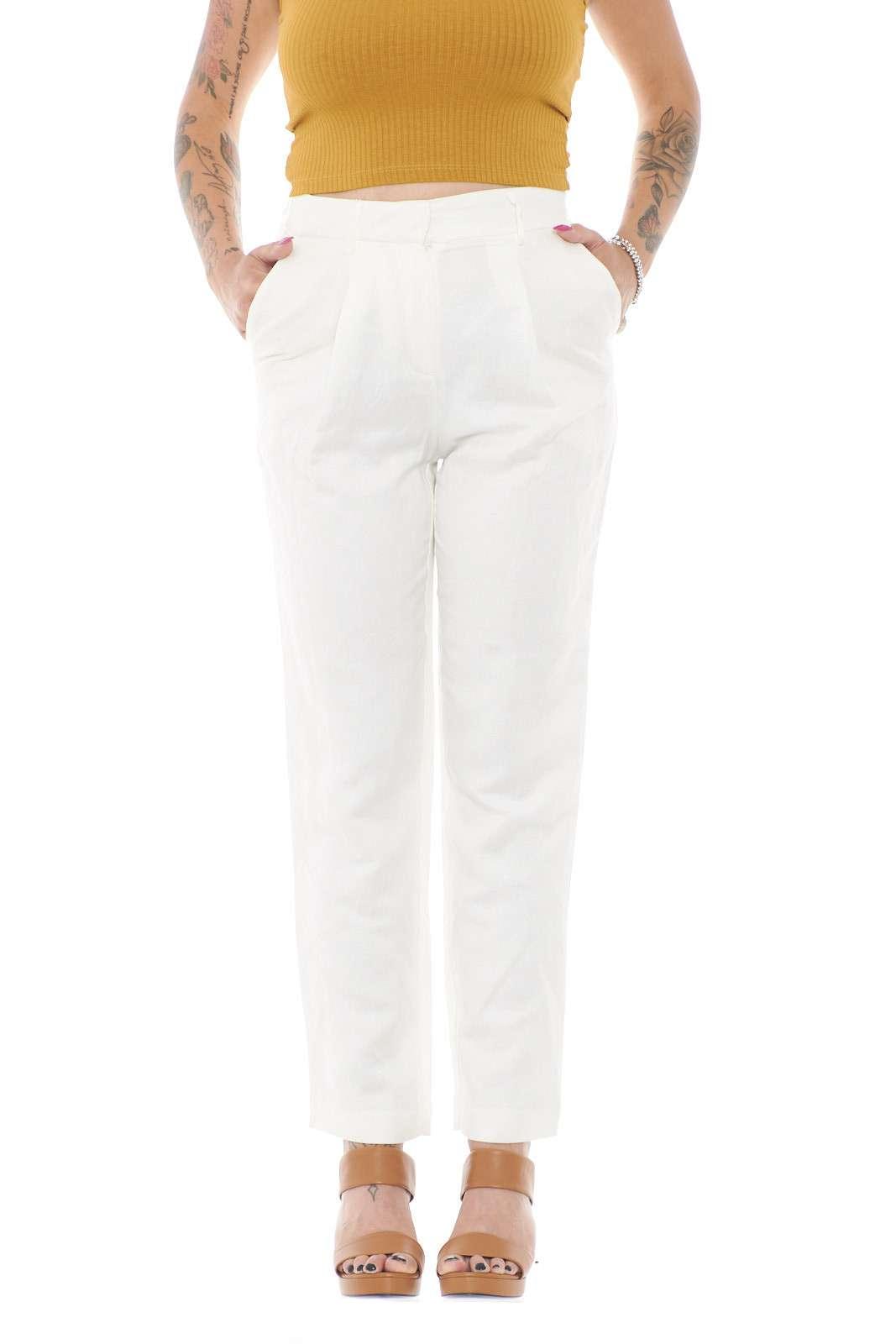 Un pantalone modello a sigaretta quello proposto dalla collezione FRNCH donna. Da indossare nelle occasioni più formali, abbinato ad un top e ad un tacco alto è perfetto.