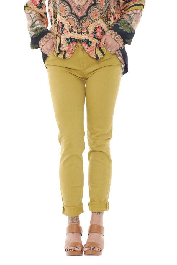 Semplice e versatile, questo pantalone firmato Kaos, ideale per i tuoi outfit quotidiani. Da abbinare a qualsiasi cosa, dalle bluse, alle t shirt, per look sempre moderni e femminili.
