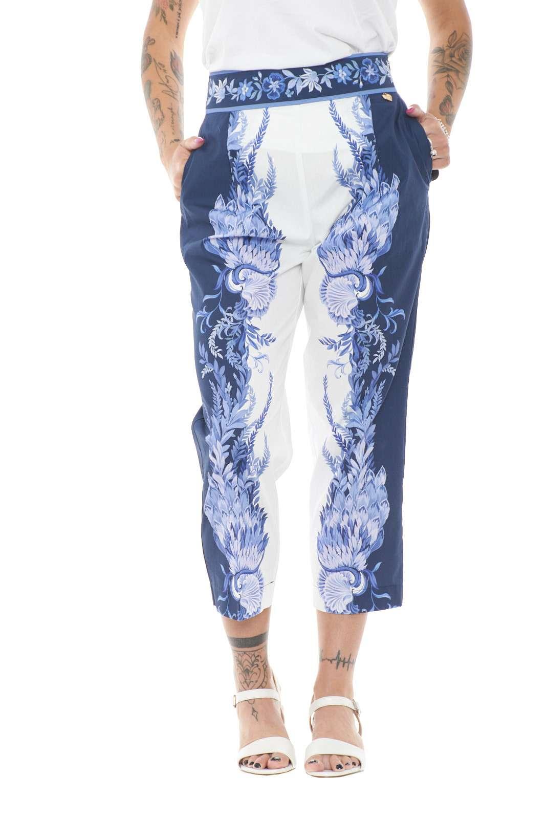 Elegante e moderno, il pantalone pensato da TwinSet per la nuova stagione Primavera Estate 2021. Impreziosita dall'esclusiva stampa piazzata del Brand, regalerà stile ad ogni abbinamento, dalle t shirt alle bluse, per outfit sempre all'avanguardia.