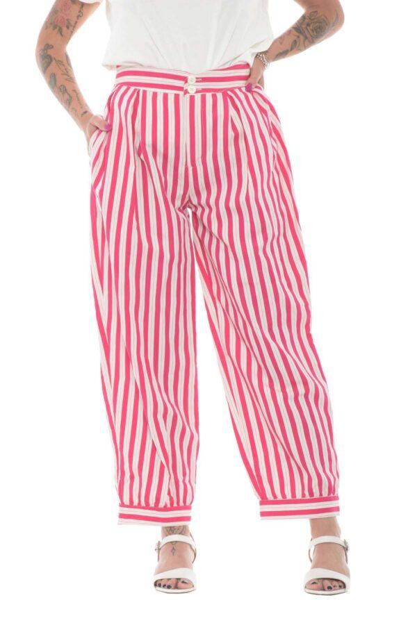 Un pantalone dallo stile spensierato, per la donna che ama osare con i suoi outfit estivi. Una fantasia a righe colorate, spicca tra le caratteristiche che predominano sul capo, regalando spensieratezza ad ogni look. L'ideale da abbinare a sneaker e una t shirt, anche basic, per un'aspetto semplice e innovativo.