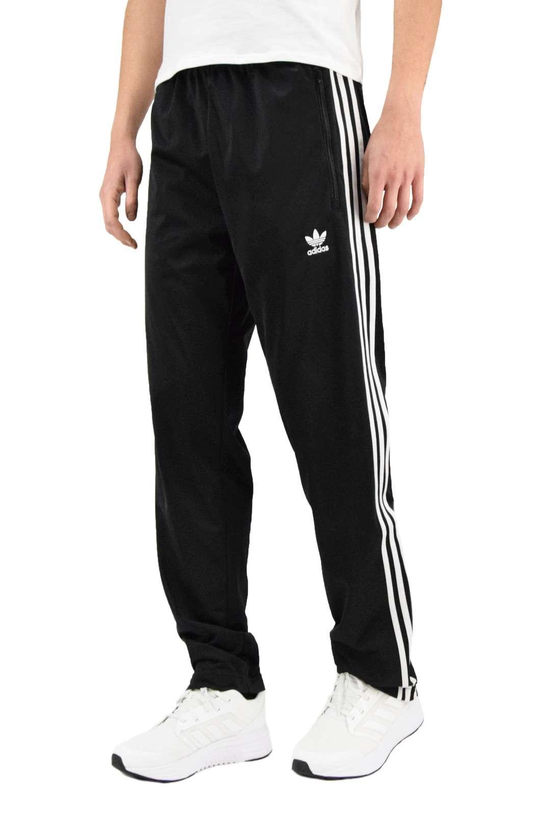 Un pantalone iconico e comodo, perfetto per l'uomo che ama i capi che puntano tutto su uno stile sportivo e alla moda. I TRACK PANTS ADICOLOR si imporranno per il loro look semplice e innovativo, rendendo impeccabili i tuoi outfit giornalieri.
