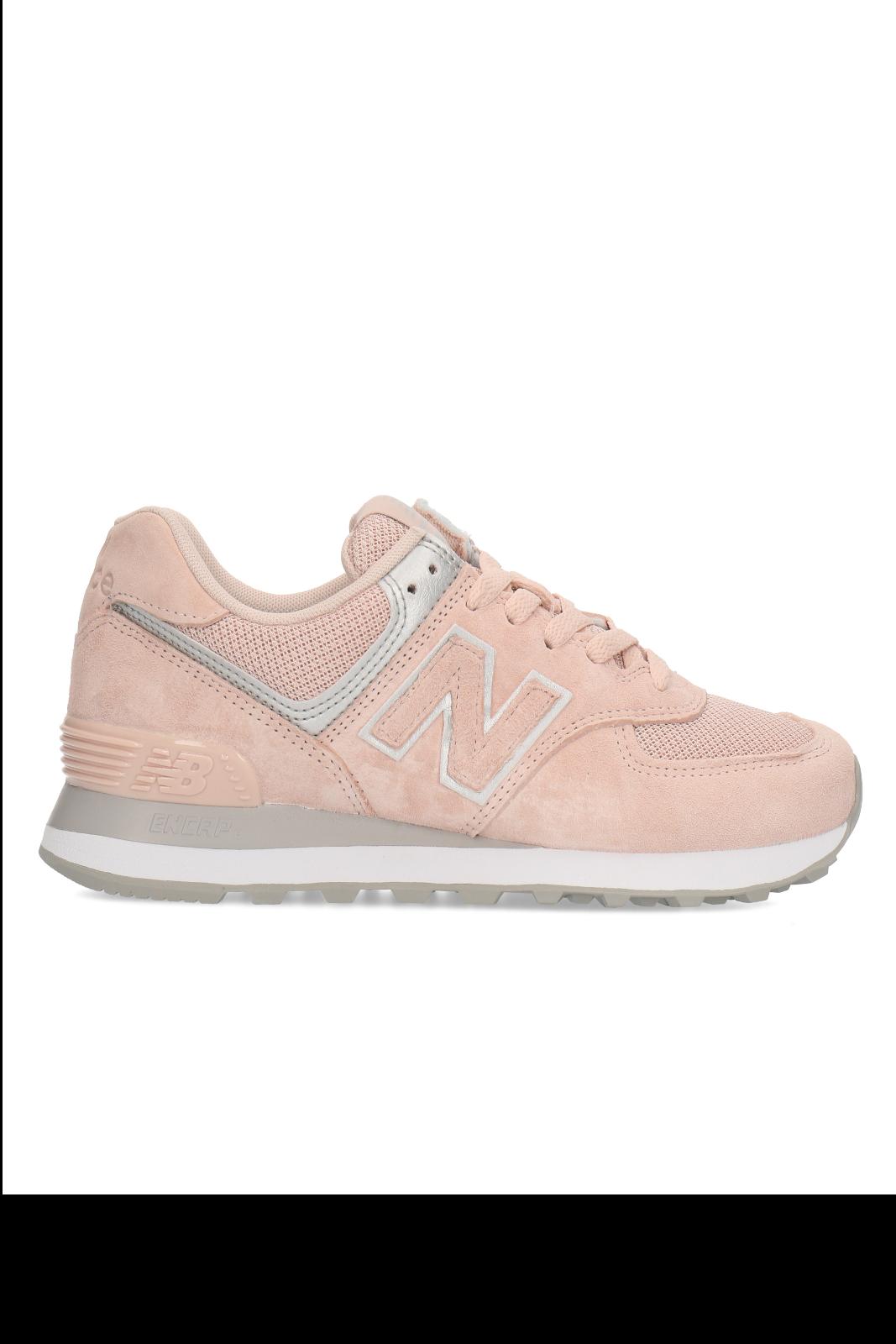 Una sneaker pratica e versatile, il modello 574 di New Balance. Proposta in un delicato colore rosa pastello, per un look chic e femminile, completerà perfettamente outfit da tutti i giorni, semplici e curati.