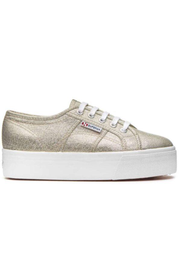 Una sneakers donna glitterata quella proposta dalla collezione Superga. Comoda e femminile, da indossare in qualsiasi occasione. Dà un tocco chic al tuo outfit giornaliero.