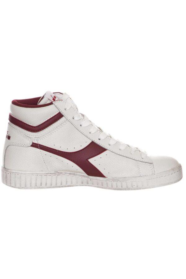 Una sneakers alta da uomo quella proposta dalla collezione Diadora. Da indossare nelle giornate quotidiane o nelle uscite con gli amici. Da abbinare sia ad un pantalone sportivo sia ad un jeans. Una scarpa perfetta per qualsiasi look.
