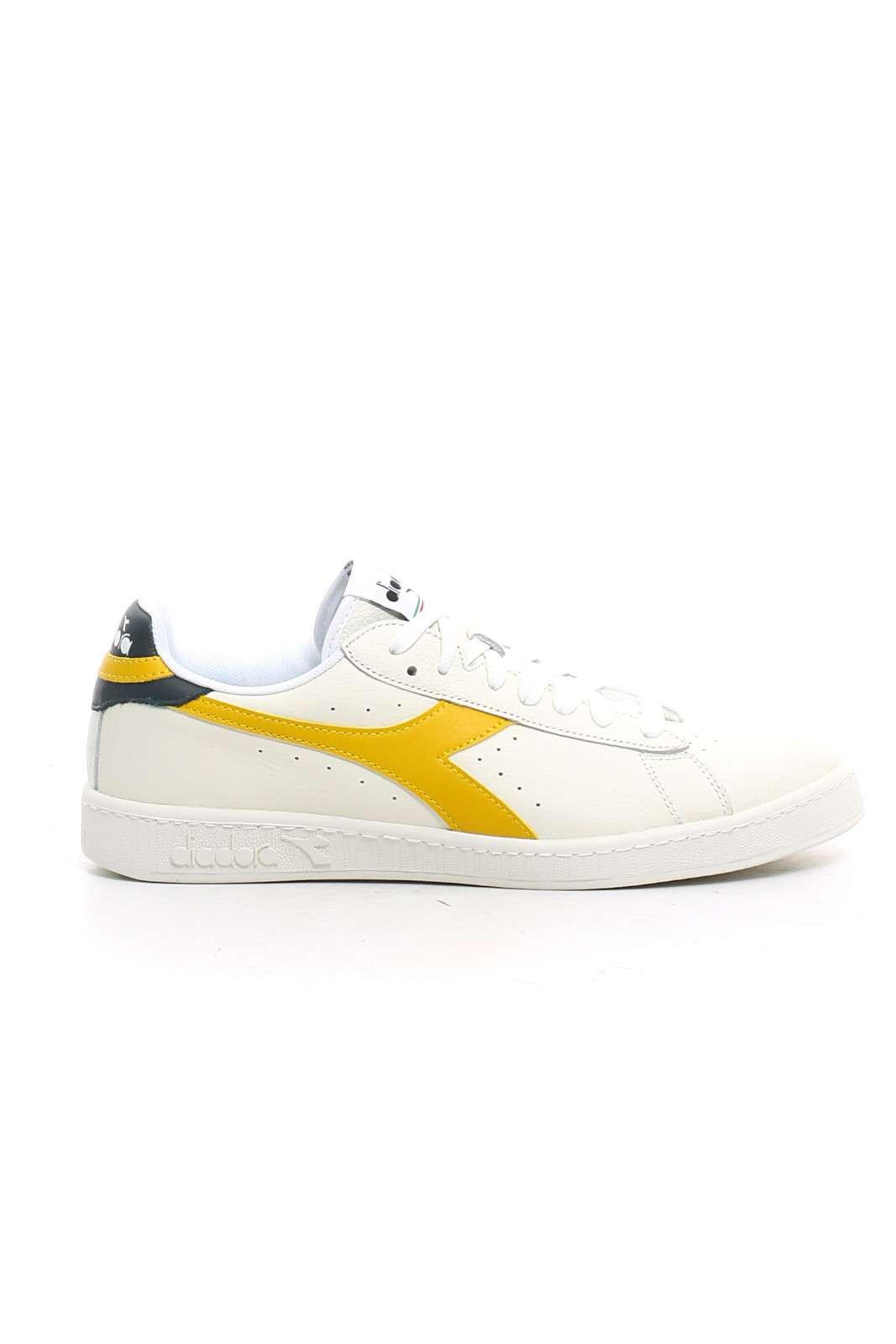 Una sneakers unisex quella proposta dalla collezione Diadora. Da indossare tutti i giorni per la sua comodità e leggerezza. Abbinata ad un outfit sportivo è il massimo.