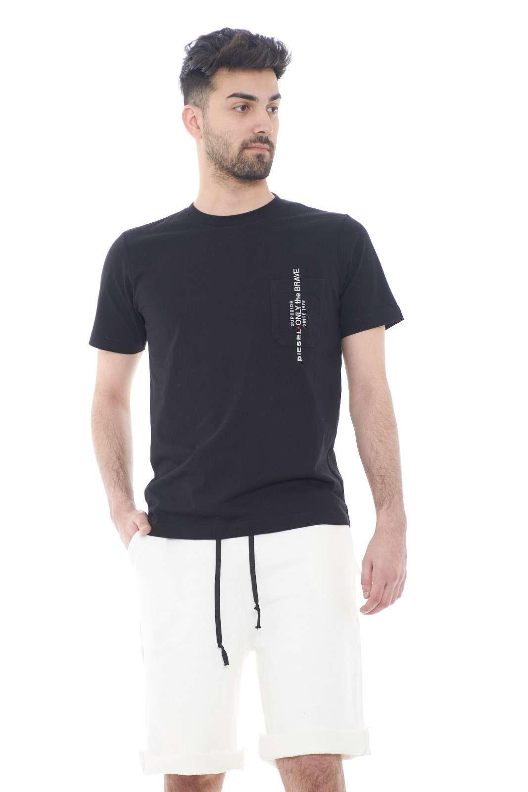 Una t shirt semplice quella firmata Diesel. Comoda e leggere , per un look casual da usare tutti i giorni. Da abbinare ad un bermuda o ad un pantaloncino è perfetta nella stagione estiva.