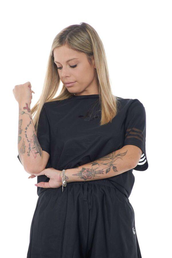 Una t shirt casual e comoda, firmata Adidas, perfetta per la tua routine. Il taglio loose fit, gli regala un look metropolitano e sportivo, oltre che un comfort e una leggerezza unici. Per la donna che ama outfit di tendenza.