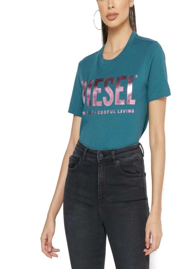 Una t shirt femminile e alla moda quella proposta dalla collezione Diesel. Da indossare con look casual, nel tempo libero o nelle uscite con gli amici. Abbinata ad un jeans o uno shorts è perfetta.