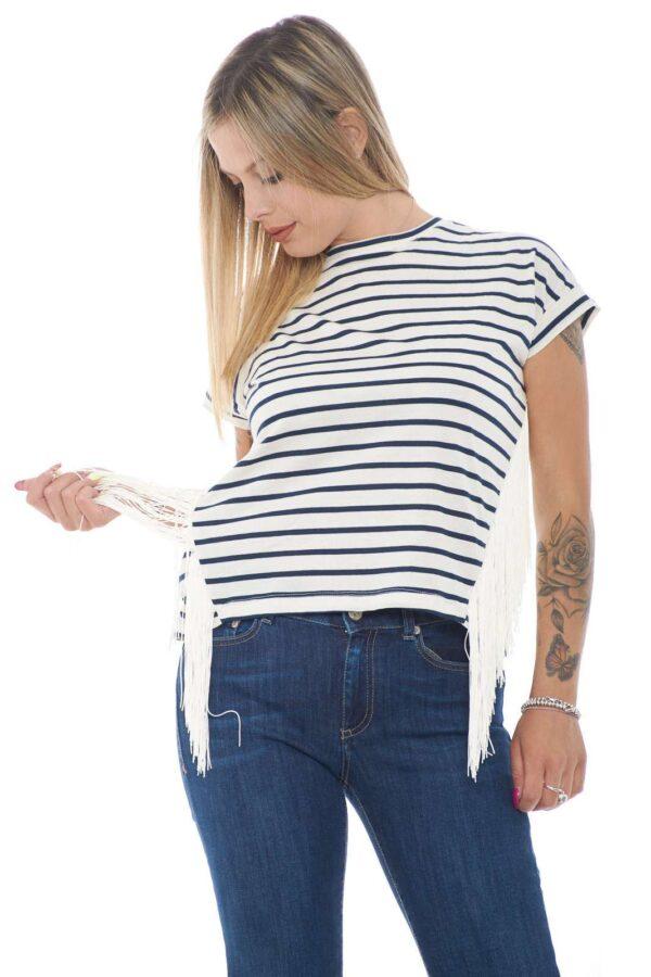 Una t shirt a fantasia rigata quella firmata Kaos. Caratterizzata dalle frange laterali che danno un tocco particolare al capo. Da abbinare ad un jeans è un must have.
