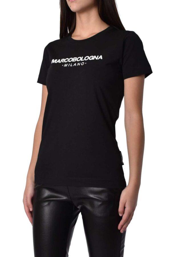 Semplice e leggera, la t shirt firmata Marco Bologna. Da indossare in qualsiasi occasione, dalle uscite con gli amici alle giornate quotidiane. Perfetta per un look casual sempre alla moda.