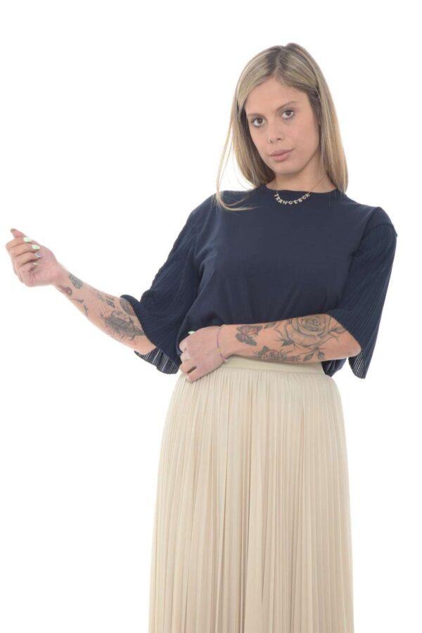 Un capo all'apparenza semplice, ma ricca di dettagli inaspettati, la t shirt BUGIA firmata WeekEnd. Le maniche vengono proposte con una lavorazione in plissè, per un tocco chic davvero unico. Un passepartout di stile per ogni occasione.