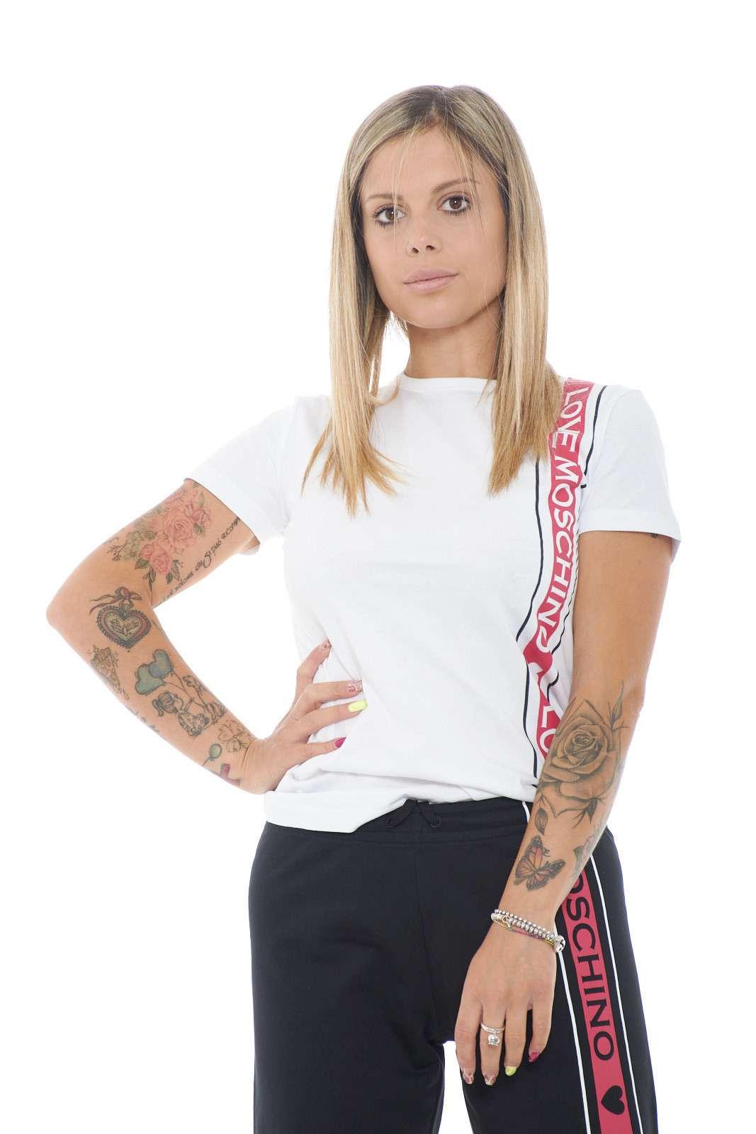 Semplice e di tendenza, questa t shirt firmata Love Moschino. Il look basic, è impreziosito solo da una fascia colorata, con il logo lettering del brand, per un tocco fashion ed esclusivo. Ideale per i tuoi outfit da routine.