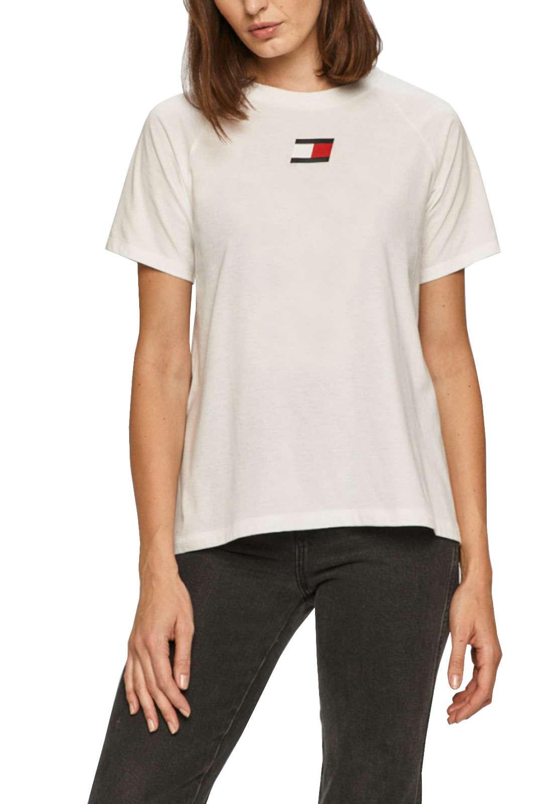 Una t shirt sportiva quella proposta dalla collezione Tommy Hilfiger. Da indossare con un look sportivo grazie alla sua comodità. Perfetta nella calde giornate estive.