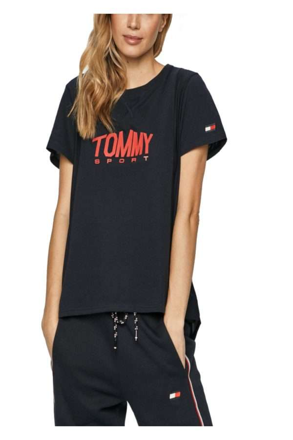 Semplice e sportiva, questa t shirt firmata Tommy Hilfiger, per la donna che ama la cura dei dettagli anche per le occasioni più informali. Caratterizzata da un maxi logo lettering sul petto, risulterà fashion e perfetta per la tua routine quotidiana.