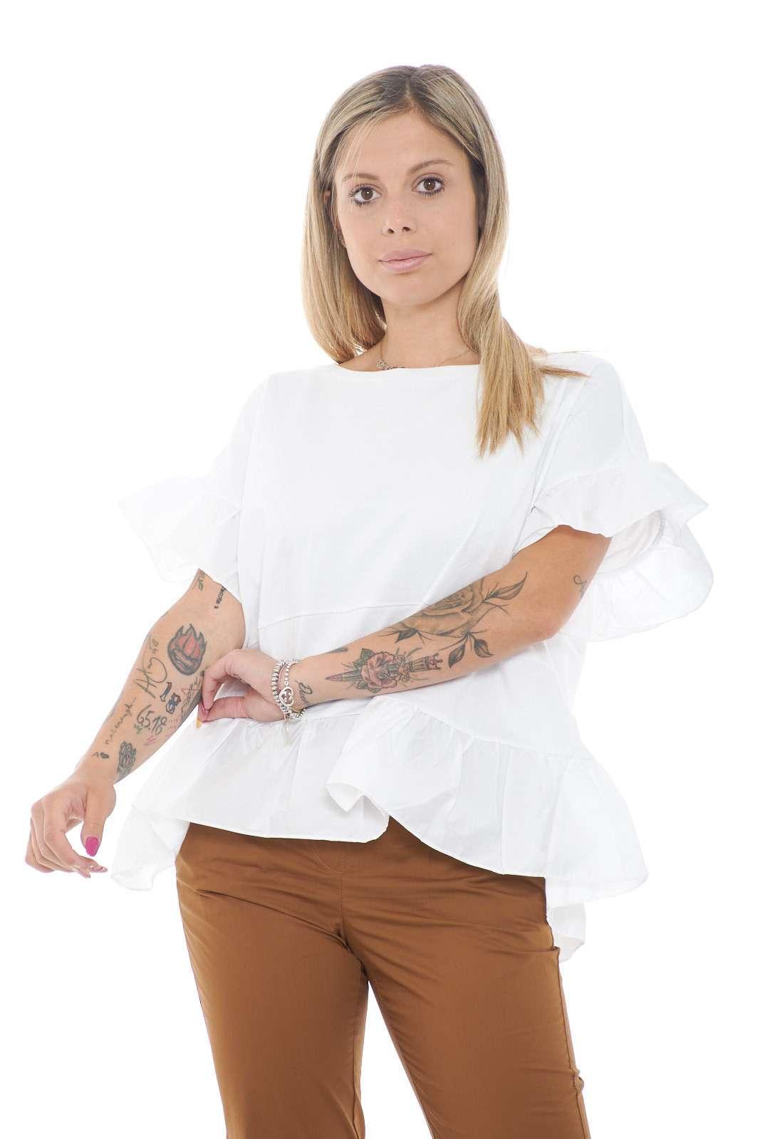 Una t shirt in jersey quella firmata Twinset Milano. Caratterizzata dalle maniche e dal fondo in volant che la rendono più femminile. Da abbinare ad un pantalone e un tacco alto è un must have.