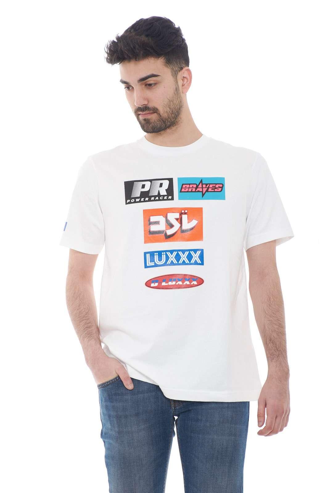 Stile e semplicità, racchiusi in questo modello di t shirt T JUST firmato Diesel. La base di cotone a tinta unita, dal look abbastanza basic, è impreziosita da patch gommate applicate sul petto e sulla schiena, per un tocco vinta e colorato.