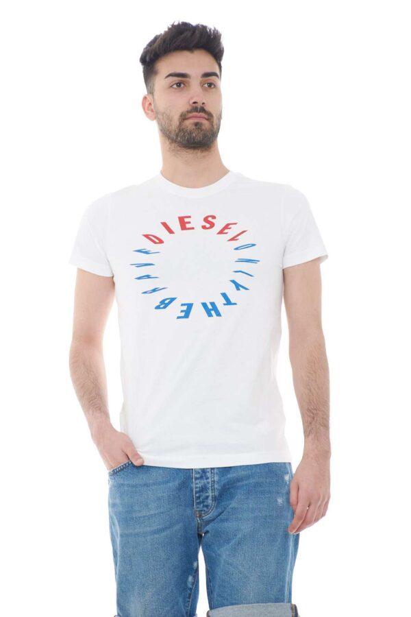 Una t shirt perfetta per tutti i giorni, quella firmata Diesel, con la quale potrai sfoggiare uno stile semplice e curato. L'ideale da abbinare a pantaloni, jeans, o bermuda, ti consentirà di svariare con outfit più o meno impegnativi, ma sempre alla moda.