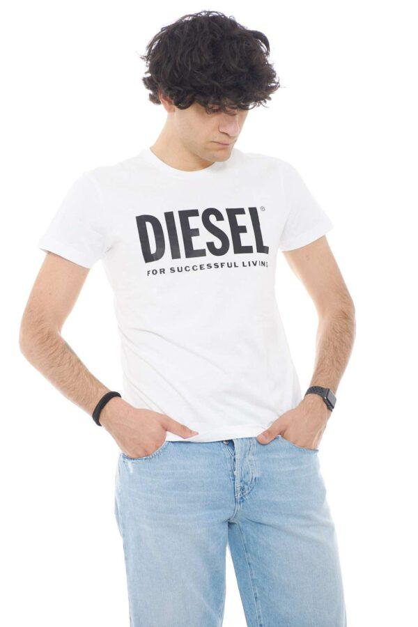 La t shirt ideale per l'uomo che predilige l'urban style, il modello T DIEGO LOGO proposto da Diesel per la tua estate. Comoda e leggera, presenta anche una caratteristica stampa gommata sul petto, che riprende il logo del Brand, per un tocco ancora più iconico e fashion.