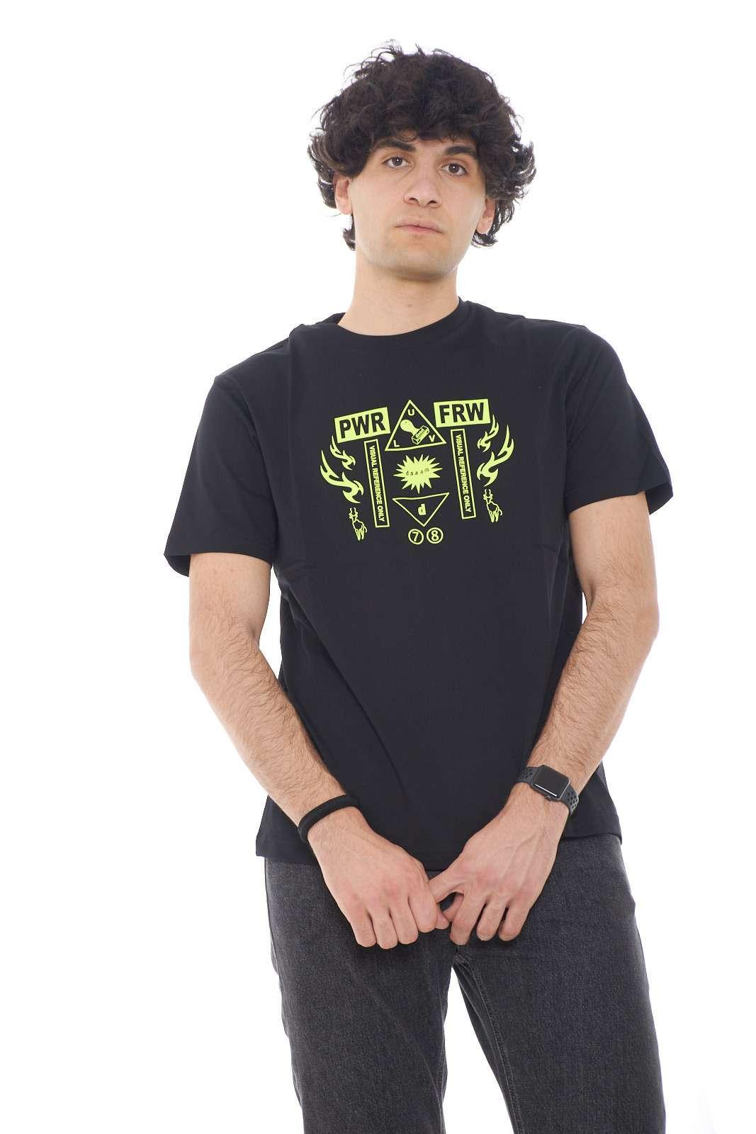Una t shirt con stampa fluo quella proposta dalla collezione Diesel. Semplice e curata nei minimi dettagli per renderla ancora più bella. Da abbinare ad un jeans o un bermuda è perfetta.