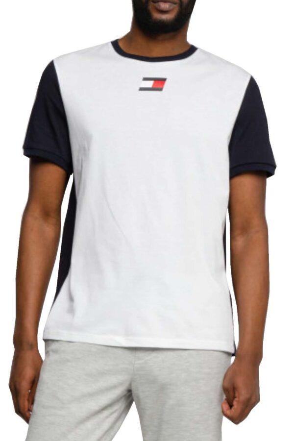 Una t shirt sportiva quella proposta dalla collezione Tommy Hilfiger uomo. Comoda e leggera, ottima da indossare nelle giornate estive. Abbinata ad un pantaloncino o un bermuda è un must have.