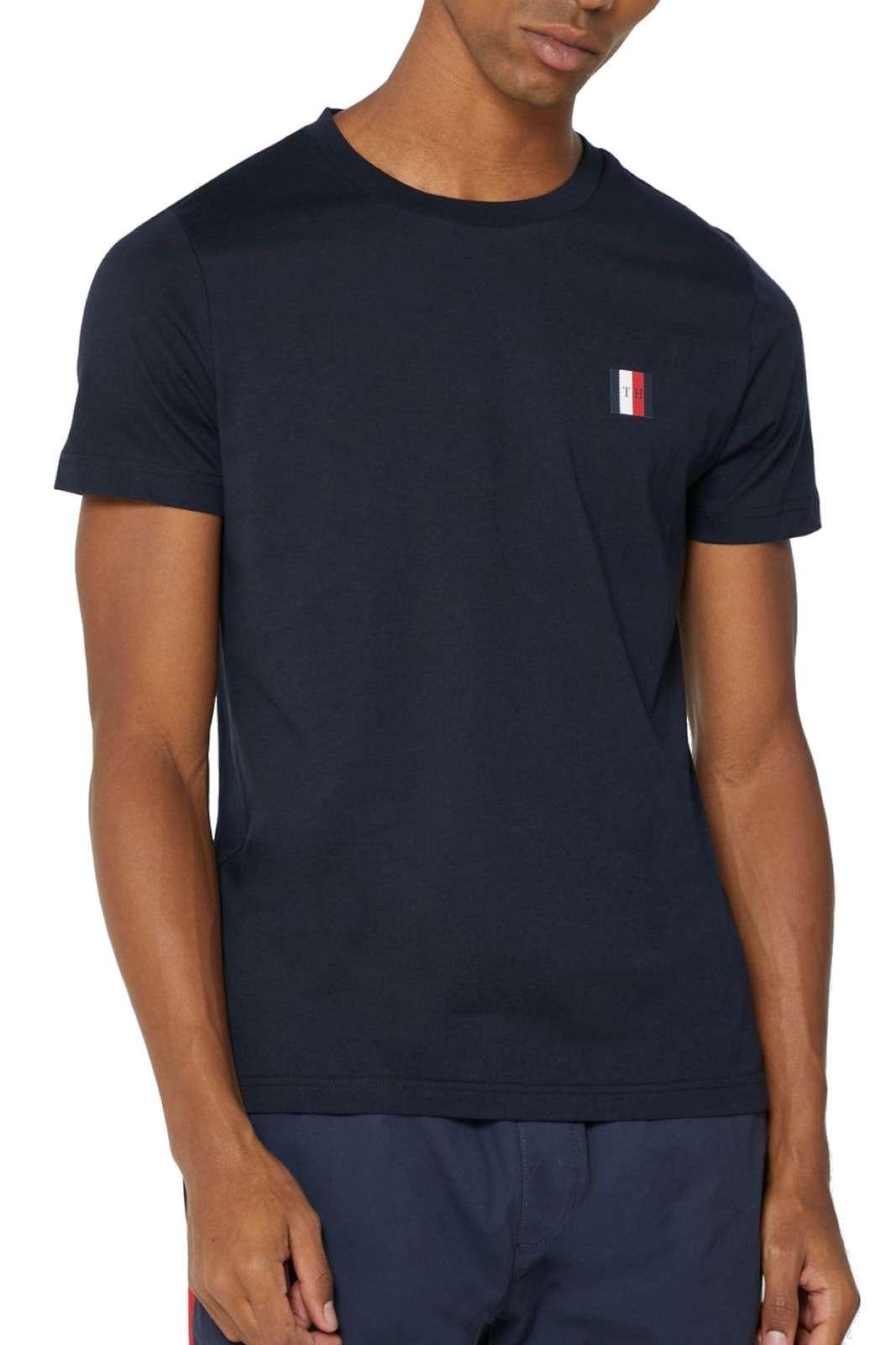 Una t shirt 100% cotone quella firmata Tommy Hilfiger. Semplice e alla moda, da indossare con vari tipi di outfit. Abbinata ad un bermuda o un jeans è un'evergreen dell'estate.