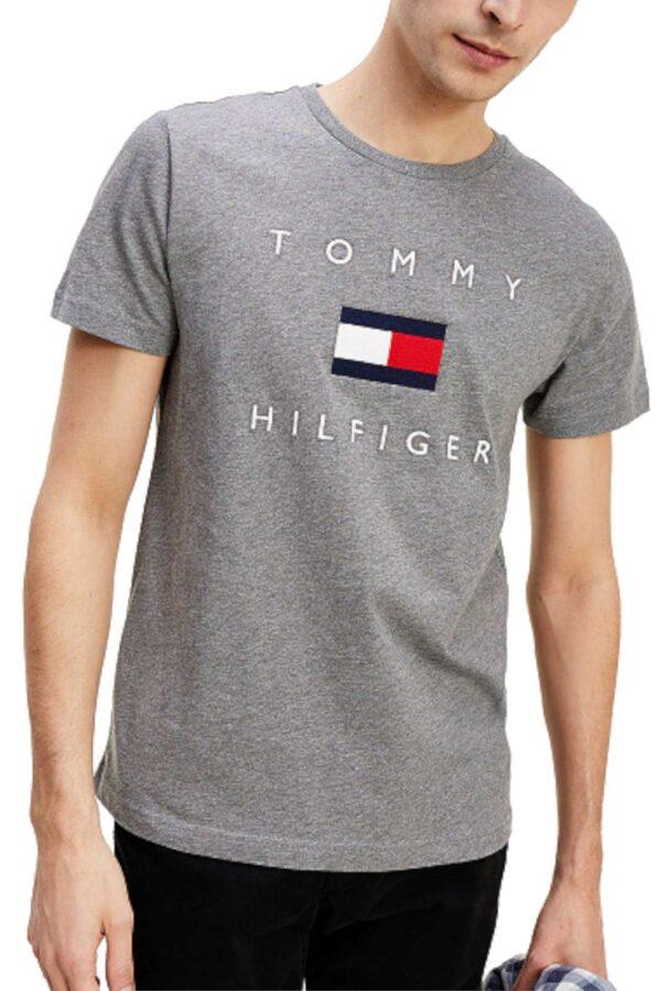 Una t shirt classica firmata Tommy Hilfiger da uomo. Comoda e leggera, perfetta da indossare nelle giornate estive. Da abbinare ad un bermuda e una sneakers è il massimo.