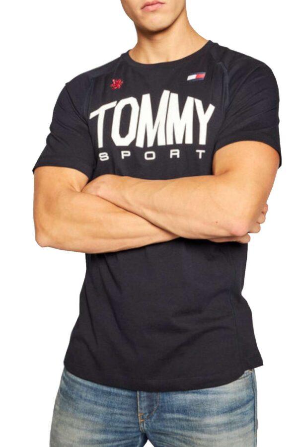Una t shirt sportiva uomo quella proposta dalla collezione Tommy Hilfiger. Da indossare per fare sport o nelle giornate quotidiane, per l'uomo a cui piace vestirsi sportivo. Abbinata ad un jeans o ad un pantalone è perfetta.