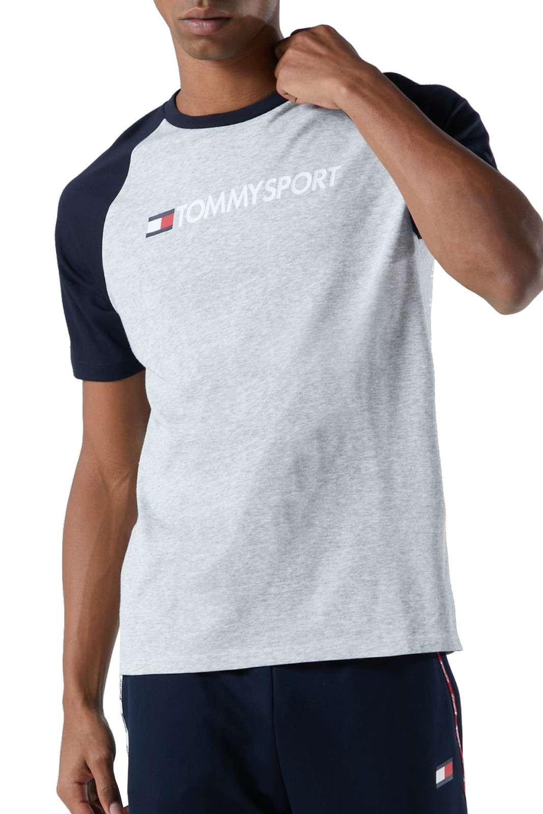 Una t shirt sportiva quella firmata Tommy Hilfiger da uomo. Semplice e leggera, perfetta per fare sport o da indossare nelle calde giornate estive. Abbinata ad un pantaloncino o ad un pantalone sportivo è un must have.