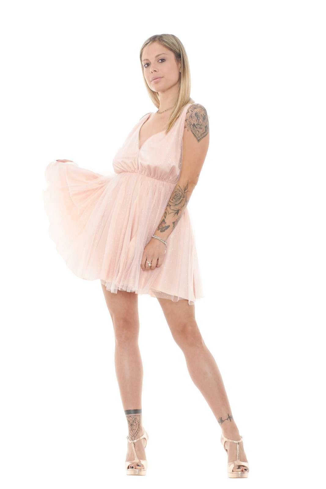 Un abito chic, perfetto per i tuoi party più esclusivi. Un ampio inserto in tulle con effetto laminato lo ricopre, per un tocco fashion e femminile, rendendolo un icona per i tuoi outfit più particolari. Per la donna che ama stupire.