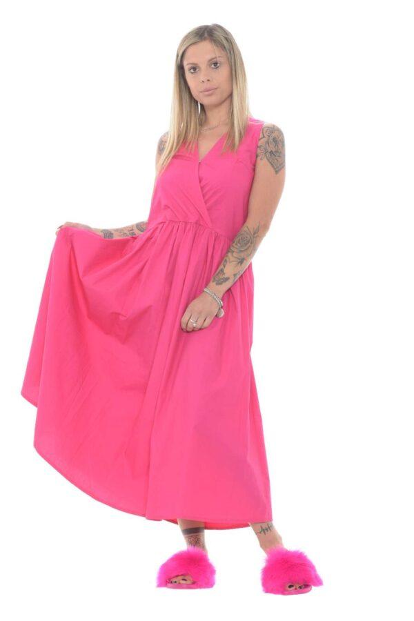 Un vestito dal colore acceso, tipicamente estivo e femminile, quello proposto da Le Streghe. Perfetto per tutti i giorni, per sfoggiare uno stile informale ed innovativo. Per la donna che ama cambiare.
