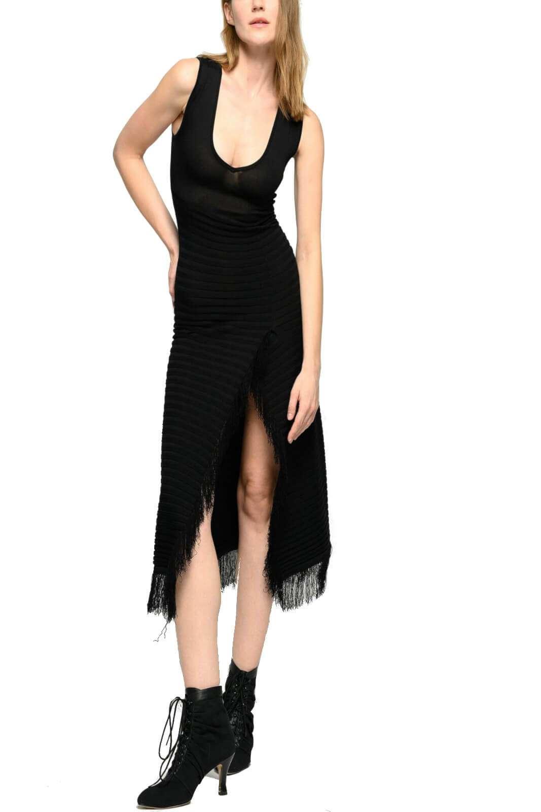Un abito essential quello firmato Pinko, per la donna che ama look estivi fashion e innovativi. Il capo SPRINT, renderà unico ogni stile, grazie alle frange applicate lungo la gonna, e il seducente spacco anteriore. Per un aspetto esclusivo.