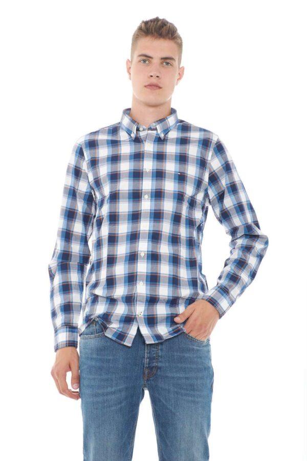 Un camicia casual e leggera, la SLIM POPLIN CHECK di Tommy Hilfiger. Caratterizzata da una fantasia check, proposta in vari colori, renderà curato ogni look, per un must have estivo.