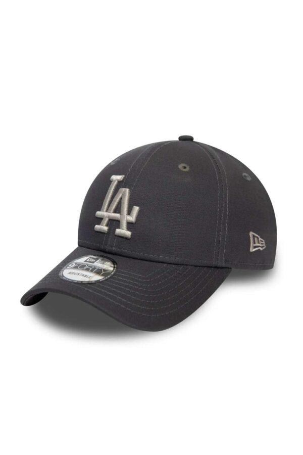 Un berretto dal look moderno e attuale il New Era Los Angeles Dodgers Colour Essential 9FORTY. Perfetto per proteggersi con stile dal sole, grazie alla sua visiera curva, ti garantirà protezione dal caldo estivo.