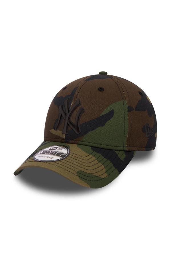 Un accessorio moderno e alla moda, il cappello New Era 9FORTY ESSENTIAL NEW YORK YANKEES MILITARE, perfetto per accompagnare i tuoi outfit quotidiani, con stile e praticità.