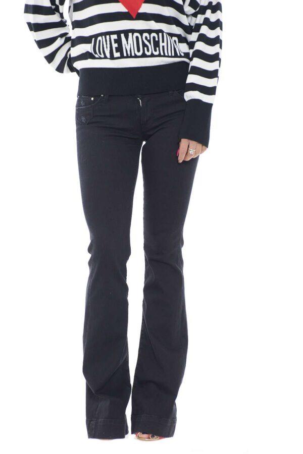Un modello evergreen, per il guardaroba femminile, il jeans a zampa, in questo caso è proposto da Don't Cry Milano, per una versione chic e alla moda. Perfetto per la routine, ma anche per le serate fuori con gli amici, garantirà stile con ogni abbinamento.