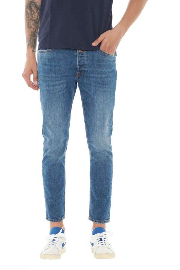 Semplice e alla moda, il jeans Mc Denimerie DAVID1167. Perfetto per i tuoi look più chic, grazie alla vestibilità slim, e al taglio alla caviglia, per un aspetto sempre attuale e impeccabile. Da abbinare a sneaker e t shirt, per uno stile all'avanguardia.