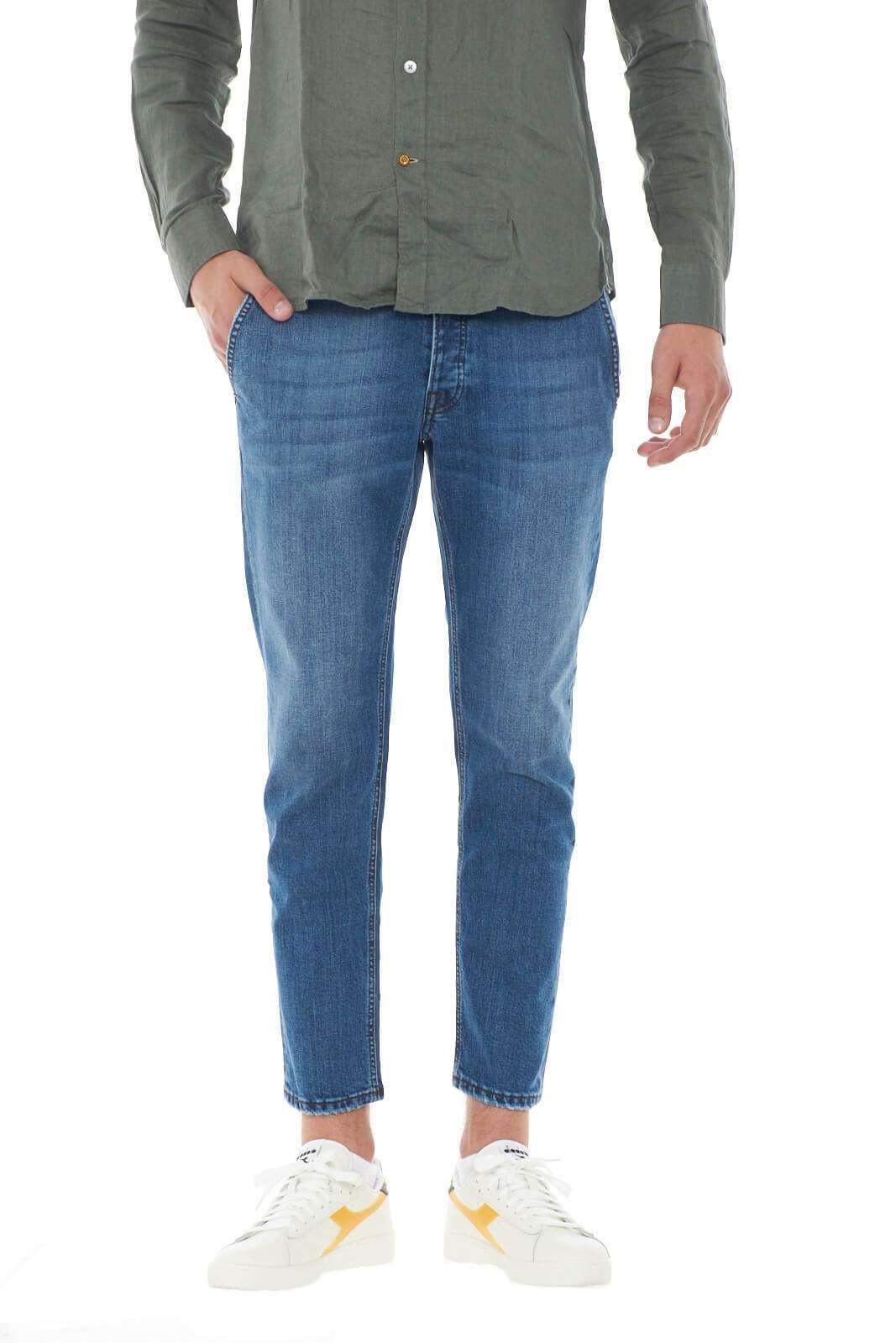 Un jeans semplice e alla moda, il modello JONATHAN 1166 della linea MC DENIMERIE. Perfetto per la routine, il tempo libero, e le uscite serali con gli amici. La vestibilità slim poi, renderà giovanile ogni outfit, per un aspetto sempre sul pezzo.