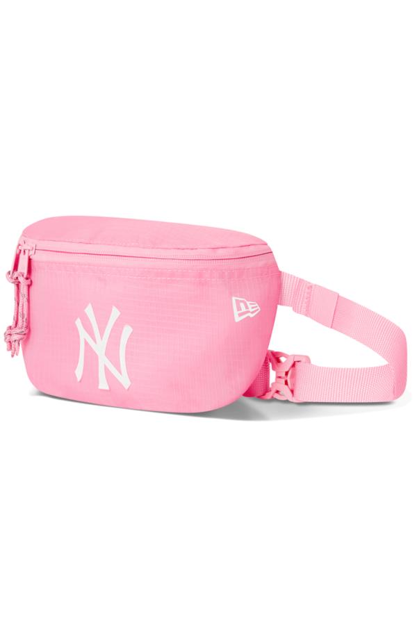 Un simpatico accessorio, che ti consentirà di portare con te oggetti aggiuntivi con stile e facilità. Caratterizzato da un ampia patch gomma con il logo dei New York Yankees.