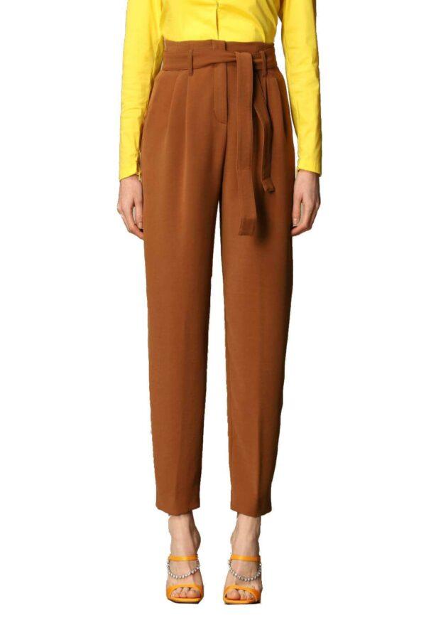 Un pantalone classico e femminile, il modello RAPHAELA 2 firmato Pinko per la primavera estate 2021. Perfetto per le occasioni più glamour, renderà al massimo con una blusa e dei tacchi, per un look sempre di tendenza.