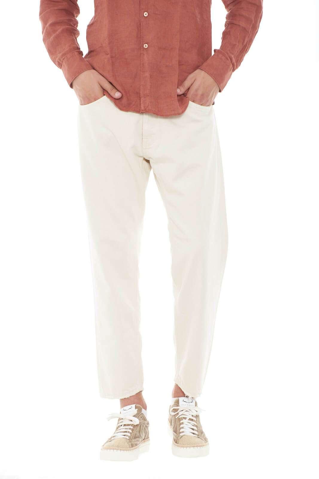 Un pantalone morbido, proposto in un delicato color pastello, il modello MARK 2856 firmato MC Denimerie. Ideale per outfit estivi freschi e leggeri, che risulteranno comodi e ricchi di stile. Perfetto per le tue occasioni più spensierate.