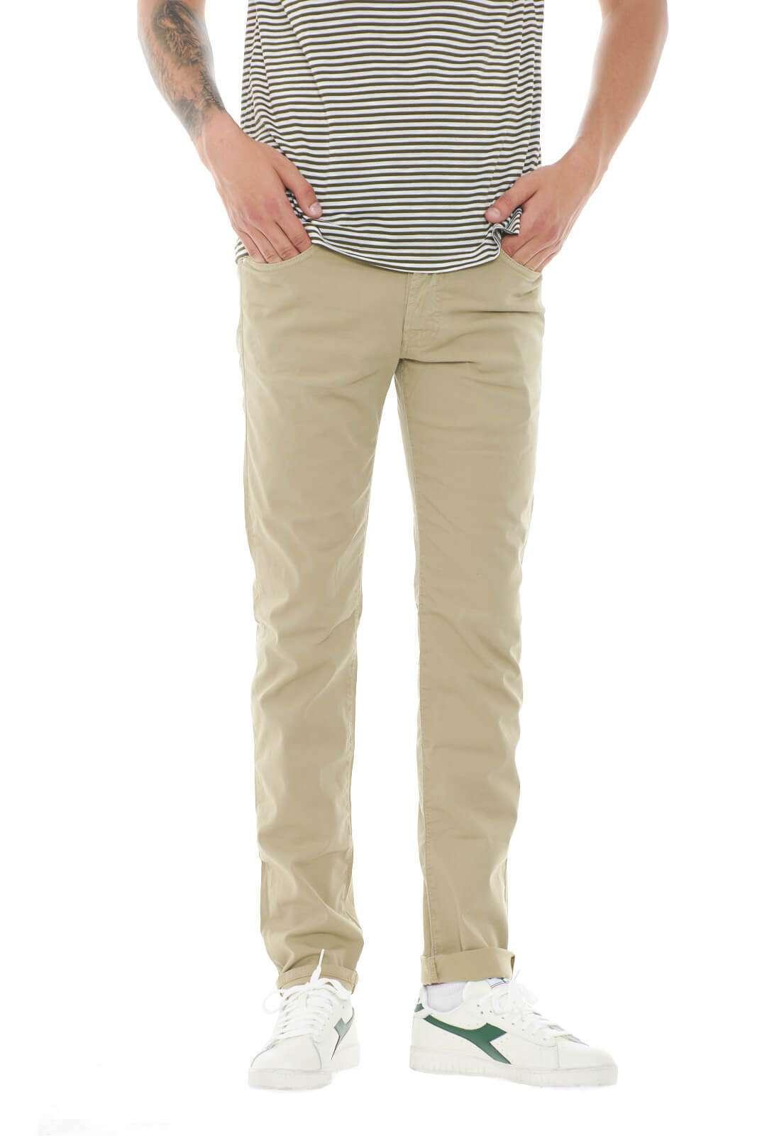 Scopri gli iconici pantaloni dal modello cinque tasche proposti dalla collezione Roy Roger's. Da abbinare con una maglia o una T shirt vestono anche le calde giornate grazie al leggero cotone. Un essential del guardaroba maschile.