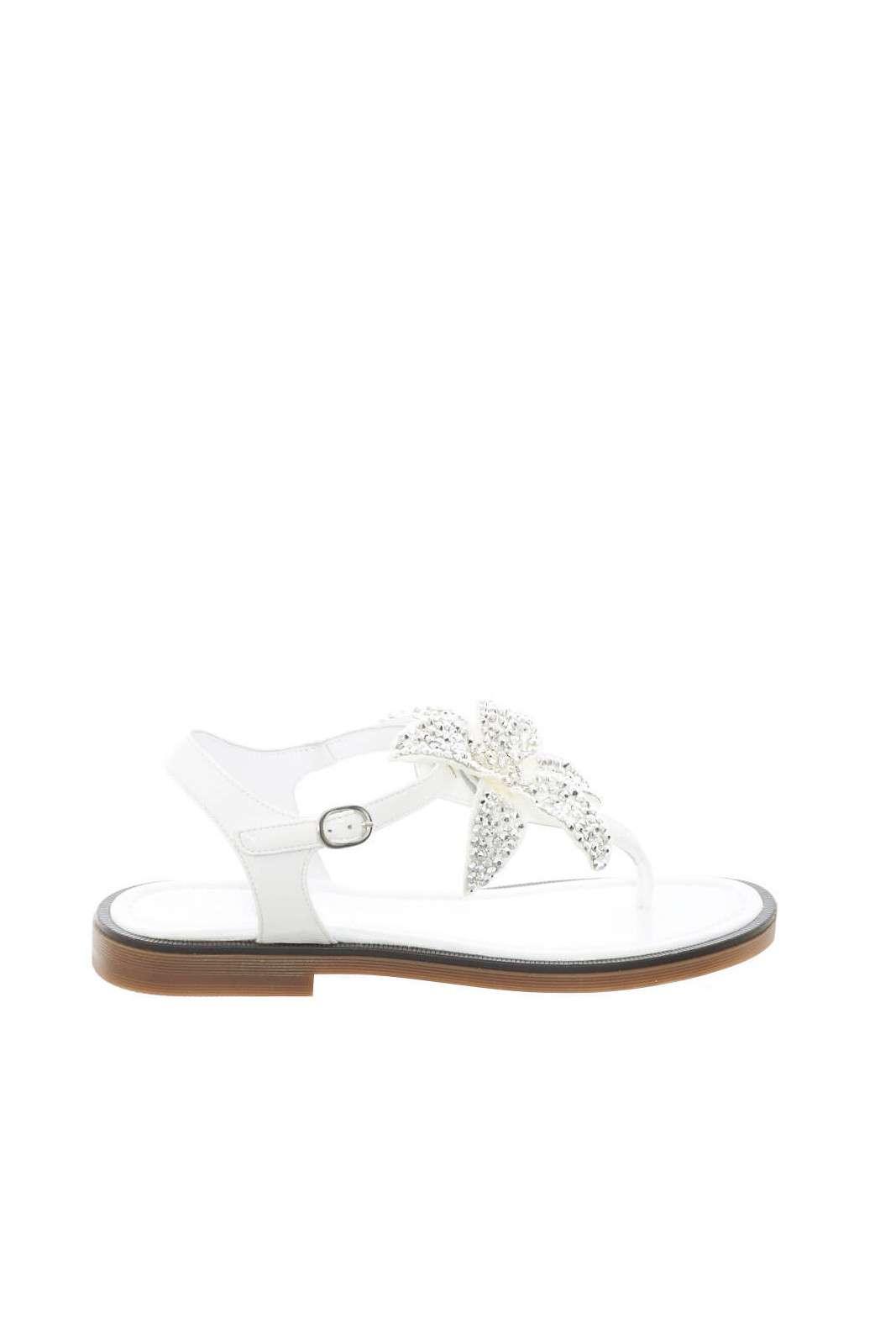 Un sandalo dallo stile delicato ed estivo, quello firmato Miss Grant. Ideale da abbinare a gonne o pantaloni, per completare con un tocco chic i look per l'estate dei più piccoli. Per aspetti curati e semplici anche per i più piccoli.