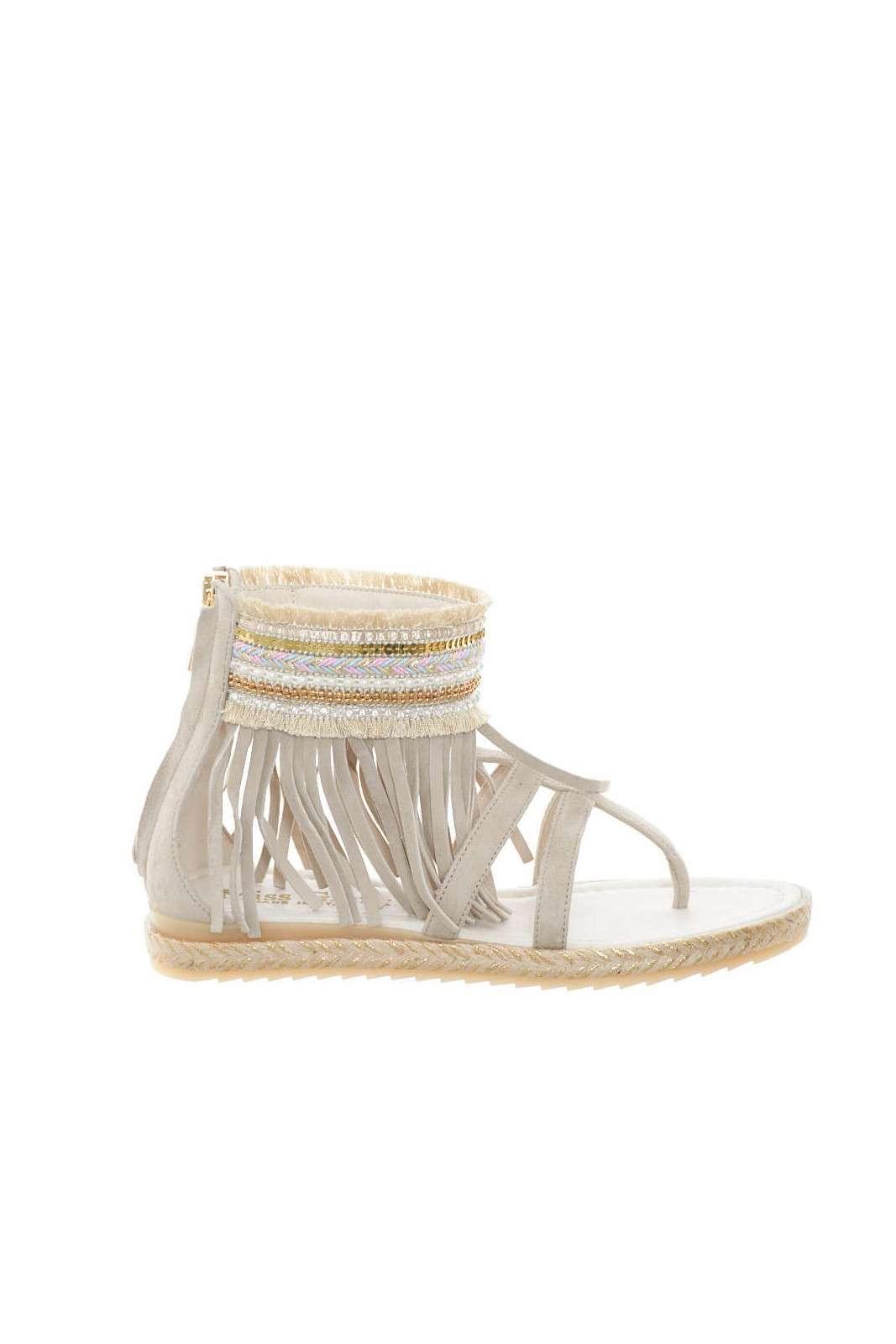 Un sandalo particolare, quello firmato Miss Grant, per la bambina che ama sperimentare sempre nuovi look. Le frange applicate, regalano uno stile unico, fashion e moderno, perfetto per abbinamenti attuali e al passo con la moda.